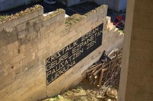 KRISTALIK EZEAN GEURE EZPAINETAN PAUSATZEN ZEN LURRUNA . El vaho se posaba en nuestros labios porque no había cristales