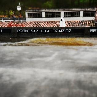 "PROMISZIUTATE IZENA DU PROMESAZ ETA TRAIZIOZ BETETAKO HIRIAK . ""Promisciudad se llama la ciudad llena de promesas y de traiciones"" añadió"
